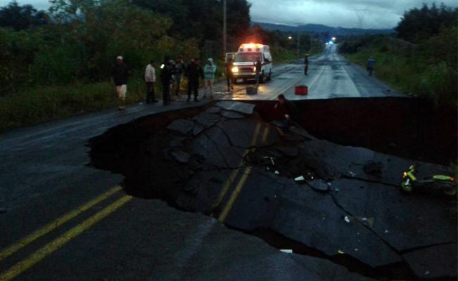 Photo of Huracán Patricia afecta carreteras en Colima, Jalisco y Michoacán