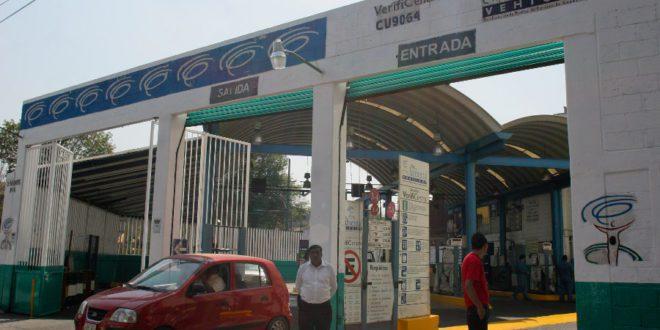 MEXICO, D.F., 01MARZO2011.- A partir de hoy el Gobierno del Distrito Federal, condiciono el pago de las multas de transito registradas desde el 2009 a la fecha para poder realizar el tramite de la verificacion vehicular. En algunos verificentros colocaron carteles con el aviso que emitio las Secretarias de Finanzas y del Medio Ambiente. FOTO: SAUL LOPEZ/CUARTOSCURO.COM