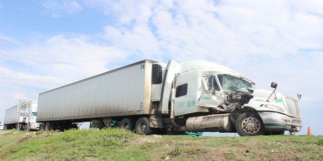 chocan-dos-traileres-de-la-misma-empresa-b38272baf6206b65eff23164be789277