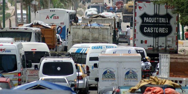 TUXTLA, GUTIÉRREZ, CHIAPAS, 06JULIO2016.- Maestros de la CNTE continuan bloqueando los accesos carreteros de la entidad como parte de las actividades de protesta en contra de la Reforma Educativa. Únicamente dan paso a vehículos particulares y de emergencia de manera intermitente, mientras que a vehículos de carga de empresas trasnacionales se les niega el paso.  FOTO: JESÚS GARCÍA /CUARTOSCURO.COM